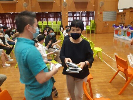 Dr Kenneth Tse, Chairman of the Foundation, and two school supervisors distribute the reusable face masks to PS staff.