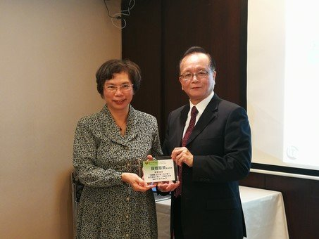 Mr. Alex Tse, Convenor of Membership Sub-committee, presented a thank-you plaque to Prof. Nancy Law