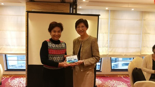 Mrs. Mabel Lee, the then Chairman of the Foundation, presents a thank-you plaque to Dr. Anissa Chan