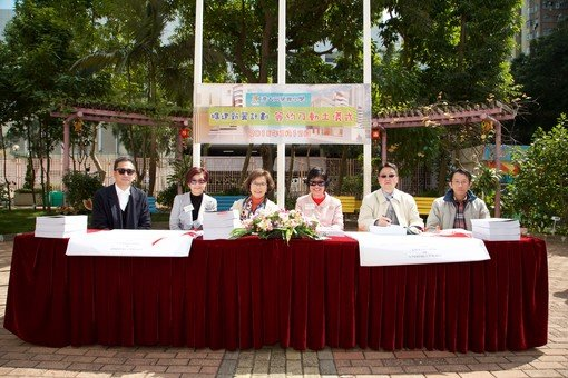Contract-signing Ceremony: Mrs. Mabel Lee (second from left), Foundation Chairman, Mrs. Annie Chu (third from left), HKUGAPS Supervisor, and Ms. Christina Wong (fourth from left), HKUGAPS Principal, signed on behalf of the School.